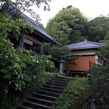 Jigenyama Park: 句碑の上に、鐘楼と仏像庫がある、見学は、要予約