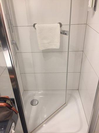 Best Western Hotel Hamburg International: Dusche ging nur nach innen auf, keine Chance zum Duschen, Personal überfordert !