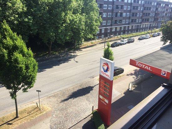 Best Western Hotel Hamburg International: Hauptstraße vor der Tür ! Lärm den ganzen Tag bis in die Nacht !