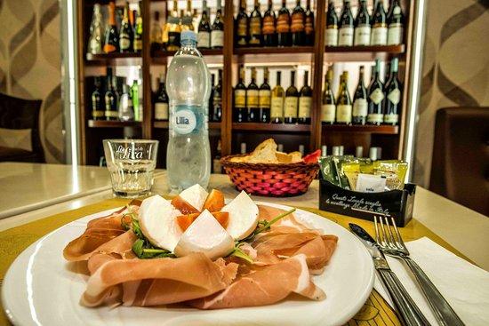 Gran Caffe La Lira: Arriva il caldo,il nostro prosciutto e Mozzarella.