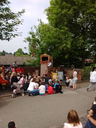 Black Country Living Museum: Kept the children amused whilst we queued for fish and chips!