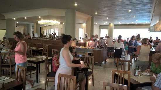 Santa Marina : du choix pour vos repas et un personnel de salle tres agréable. De plus la cuisine y est très bo