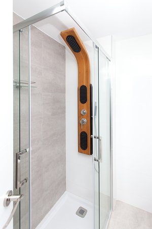 Bristol Sunset Beach Apartments: shower with rain option and hydromassage function