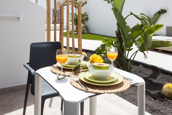 Bristol Sunset Beach Apartments: patio terrace with garden view, all groundfloor apartments
