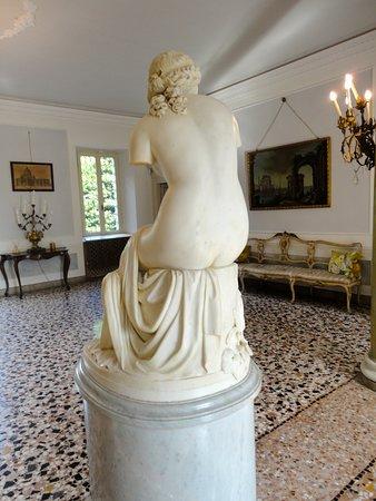 Trivignano Udinese, Italy: SCULTURA IN MARMO DELLA SCUOLA DI A.CANOVA NELL'ATRIO DI VILLA ELODIA ORGNANI