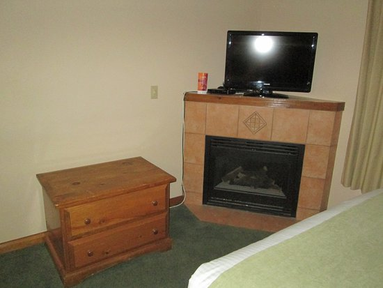 Coast Sundance Lodge: Kamin, TV-Gerät
