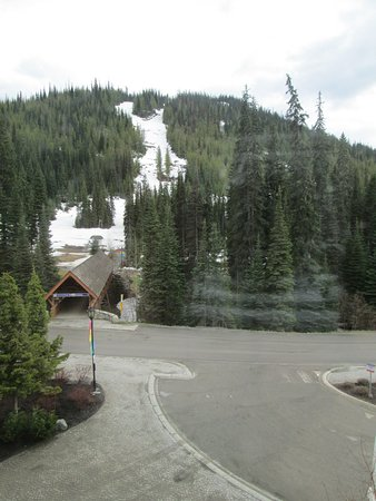 Coast Sundance Lodge: Blick zum Hang