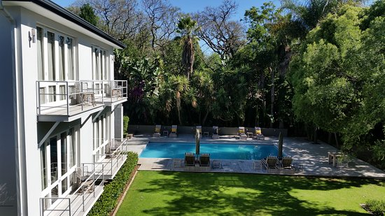 AtholPlace Hotel: View of the garden and pool from one of the Superior Suites