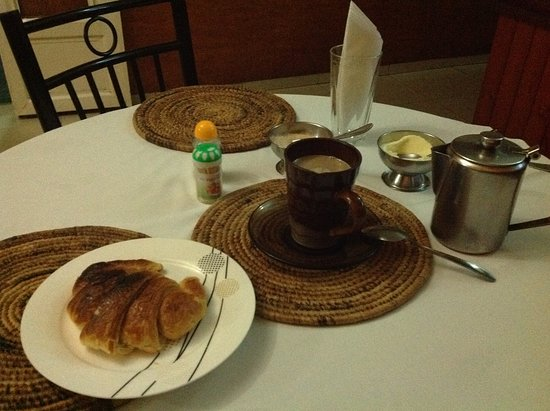 Hotel Isimbi: At the restaurant taking coffee with a croissant