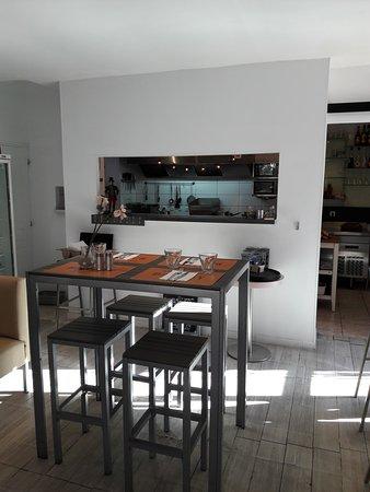 Chocolat Turquoise: toujours la salle avec la cuisine ouverte