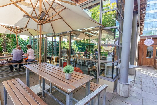 Byward Kitchen and Bar: Outside area with cover and heaters