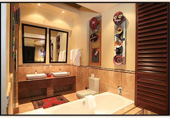 Ammazulu African Palace: Excutive & Deluxe Suite Bathrooms - open plan en-suite