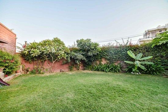 จากัท วิลาส: Front Garden
