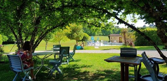 Saint-Andre-d'Allas, France: Pause gourmande face à la piscine des Filolies Chambres d'hôtes