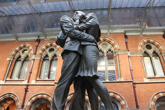 St. Pancras International Station: Patung perpisahan