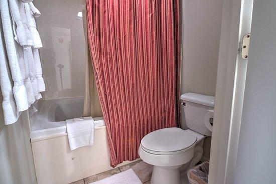 Cedar Lodge Condominiums : Cedar Lodge Vacation Condo Rental, Downtown Pigeon Forge, Unit 102, 2 Bedroom 2 Bath