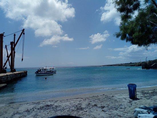 Moutsouna, Hellas: vue depuis les tables du restaurant directement sur le quai en bord de plage
