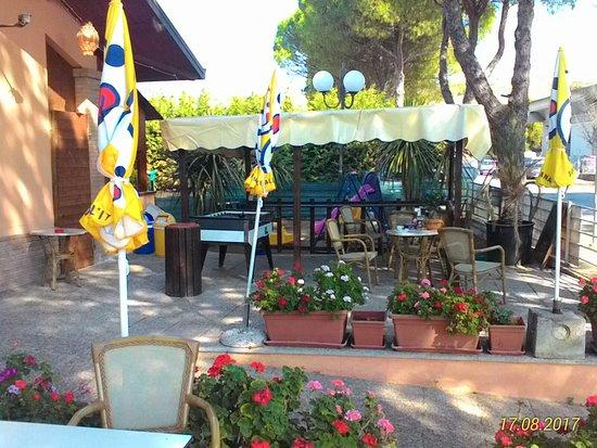 San Clemente, Italia: tavolini esterni per la colazione