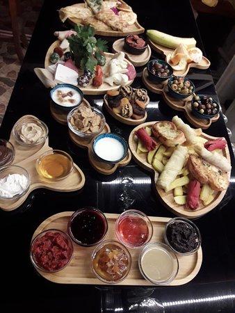 Hakan Hotel: Tamamı bodrumun köylernden gelen meşhur serpme kahvaltımız
