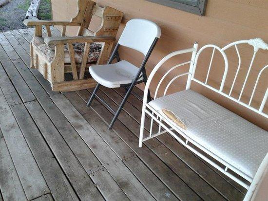 Double Spear Ranch: meine Terrasse vor der Cabin - Möbel völlig herunter gekommen