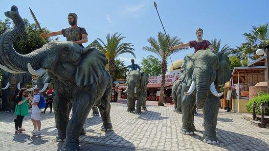 Carthage Land Hammamet: Sculptures d'éléphants