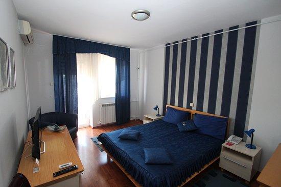 Belvedere Hotel Kraljevo: DOUBLE ROOM- DVOKREVETNA SOBA /FRANCUSKI  KREVET