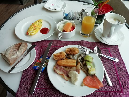 Chengdu Marriott Hotel Financial Centre: Full breakfast at the executive lounge with a fresh omelette
