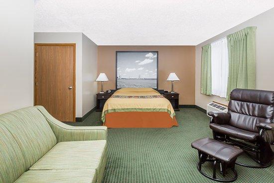 Super 8 by Wyndham Jefferson: 1 Queen Bed Room