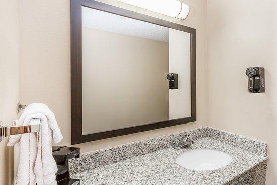 Super 8 by Wyndham Jefferson: Bathroom Sink