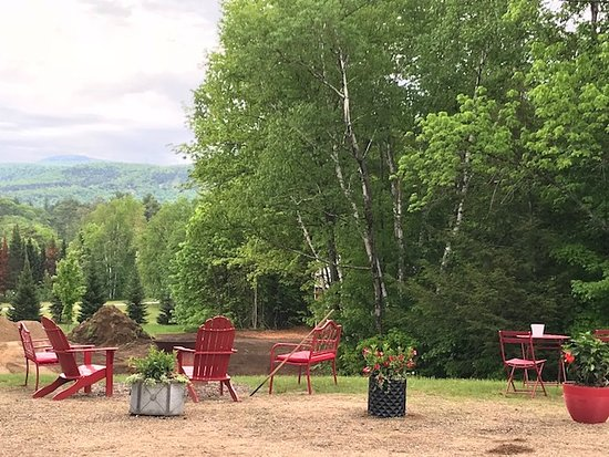 Starlight Lodge North Conway: The back seating area and view
