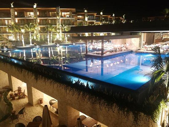 Hotel Xcaret Mexico: Vista de noche a la alberca infinita