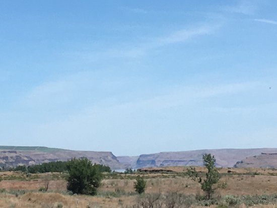 Umatilla, OR: Wallula Gap (looking northeast). Flood waters overtopped the cliffs.