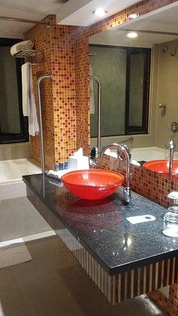 Hotel Four Points By Sheraton Cali: Baño con tina, muy cómodo y amplio