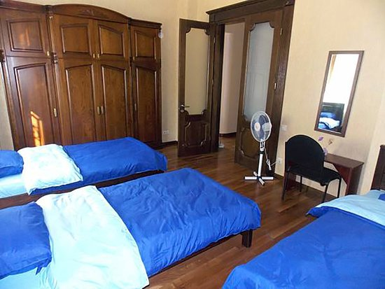 Cleopatra Palace Hostel: Three Single Bed Dorm Room