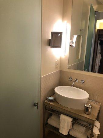 Chambers Hotel: Corner King Vanity