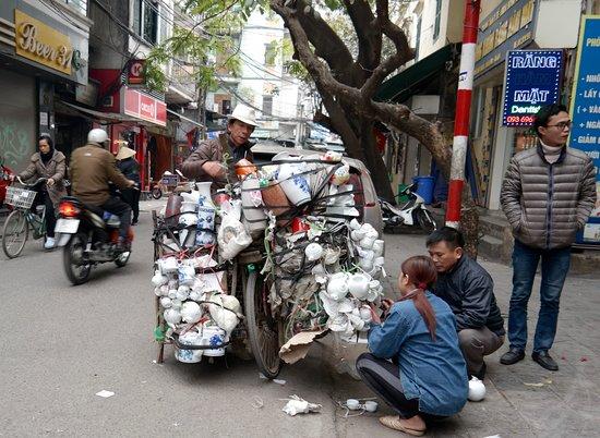 ฮานอย, เวียดนาม: Vendor selling tableware from his bicycle