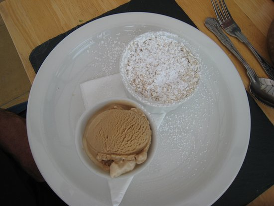 CWM Deri Vineyard Restaurant: Apple crumble and ice cream