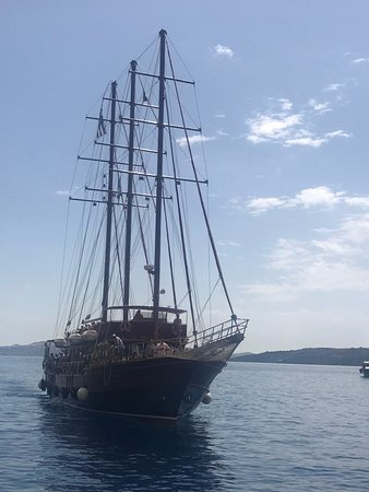 Bella Aurora & Thalassa: The boat docking to pick us up.
