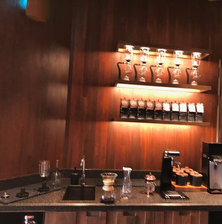 Starbucks Reserve Roastery Shanghai: amazing large space upstairs