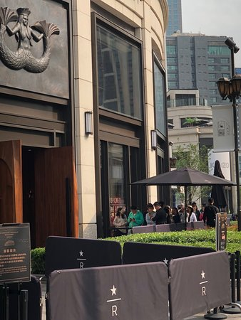 Starbucks Reserve Roastery Shanghai: line forming mid-afternoon...noticed as we were leaving!