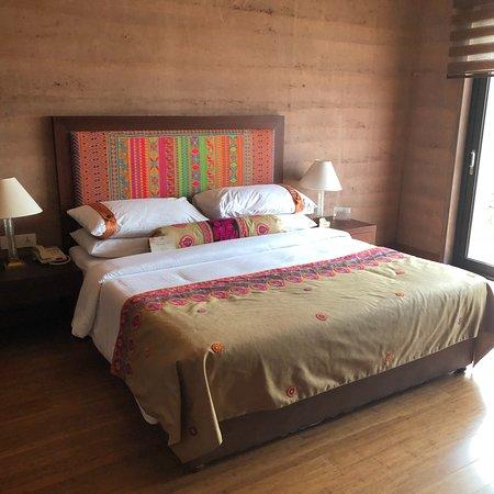 The Lalit Mangar: Mangar rooms and hotel surroundings