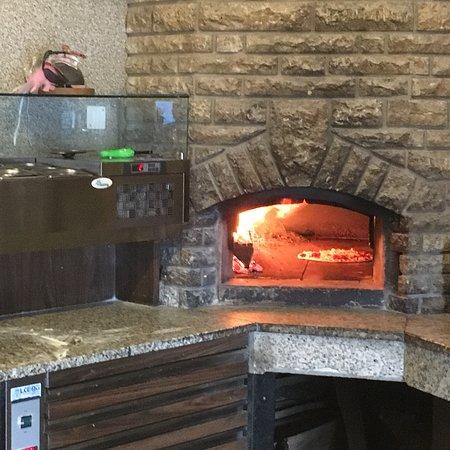 Veysonnaz, Switzerland: Pizza faite maison et cuite Au feu de bois avec un accueil chaleureux du chef!!