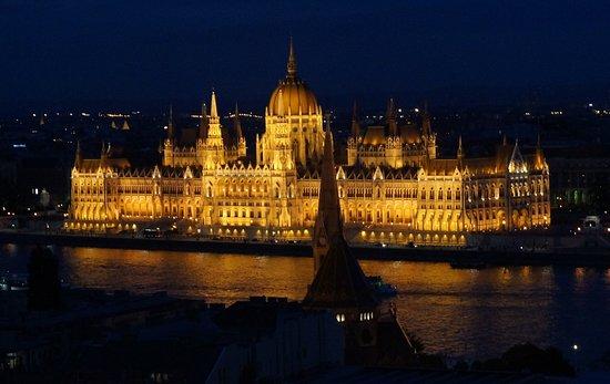 ป้อมชาวประมง: View from Fisherman's bastion over the Danube to the Parliament buildings