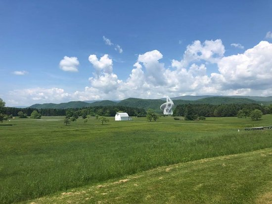 Green Bank, Virginia Barat: just the largest controllable radio telescope in the world, zoom in on it, 1.5 miles away was as