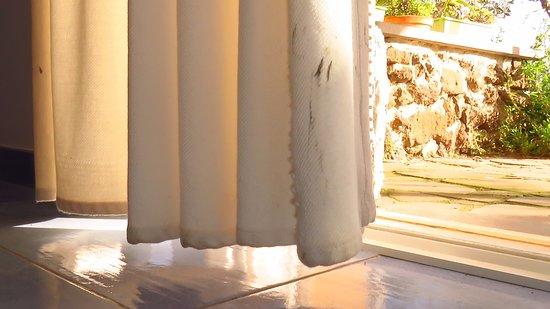Country Resort Capo Nieddu: Gardinen verschmutzt