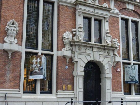 """Embassy of the Free Mind - Huis Met de Hoofden: Museum """"Ambassade Van De Vrije Geest""""in """"Huis met de Hoofden"""""""