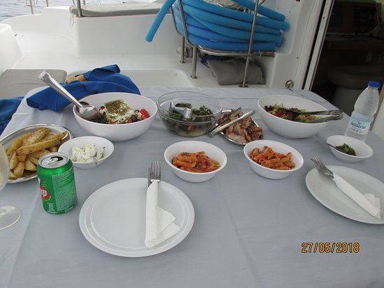 Santorini Caldera Sailing Tour with BBQ Lunch and Drinks: Extravagent meal prepared on board
