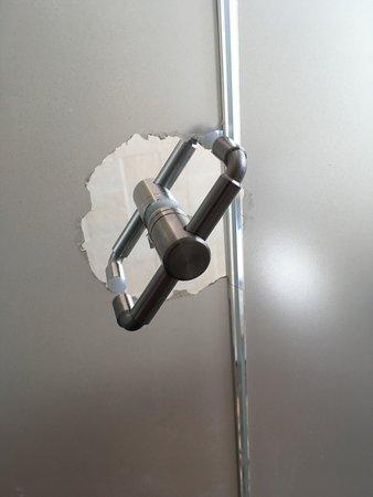 Decameron Isleno : Detalle de una de las manijas de las puertas internas del baño