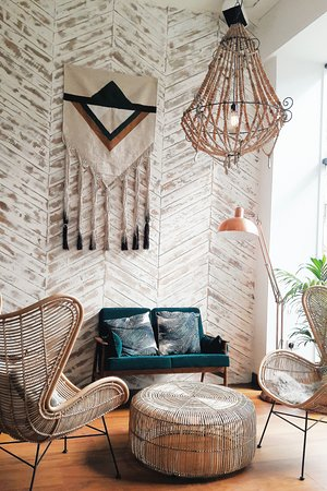Nutbutter: Omg... that decor.