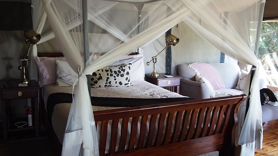 Linyanti Reserve, Botswana: Queen size bed and stylish decor